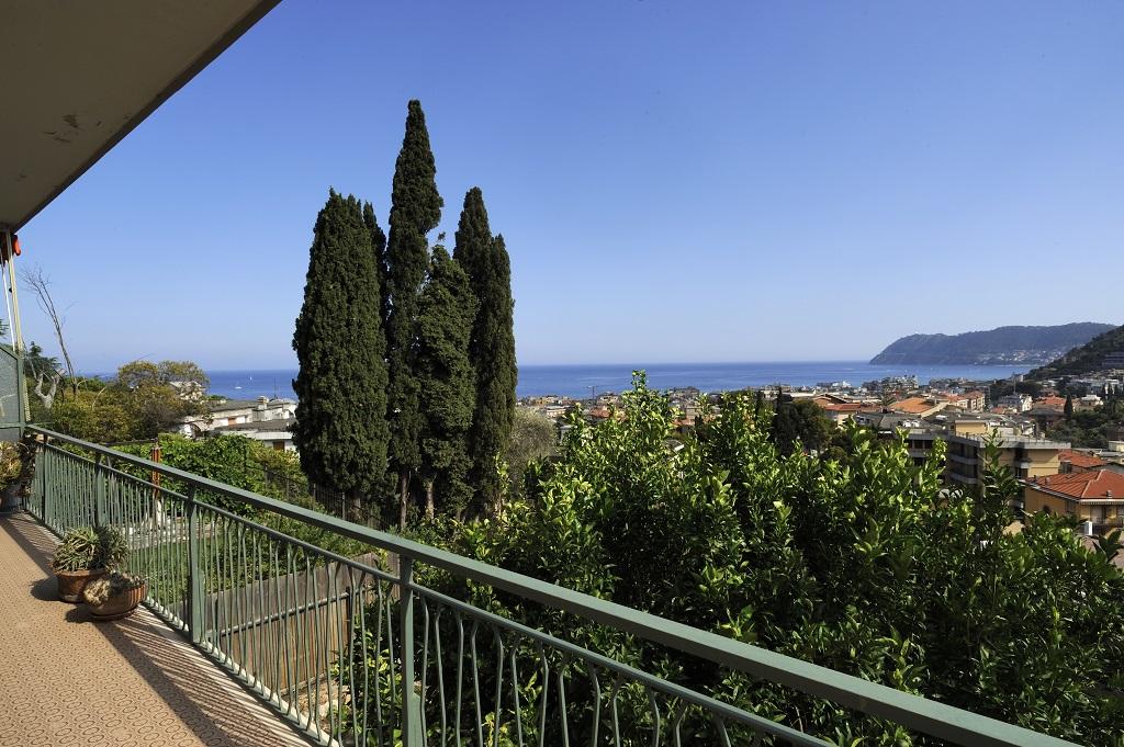Ampio e luminoso appartamento con vista mare rif 50 for Piani per due box auto con appartamento sopra